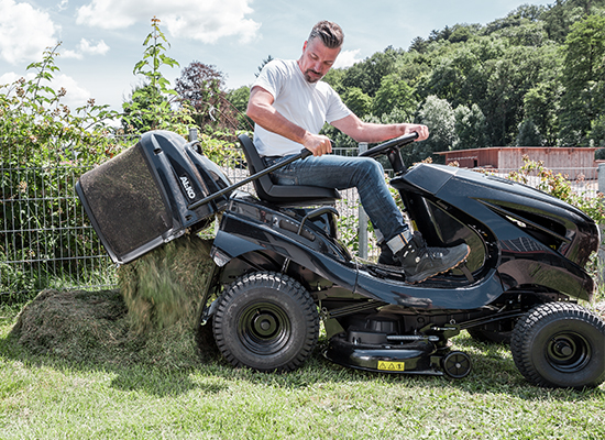 Zahradní traktory | Vyprazdňování sběrného koše